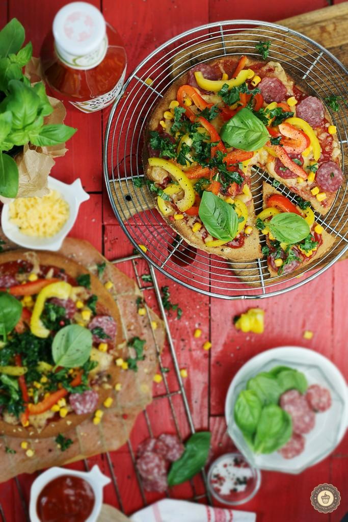 Pizza z salami i jarmużem